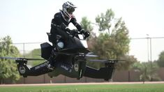 Police in Dubai are training to use flying motorbikes as part of a deal with a California aerospace startup. Dubai police say the vehicles may be deployed as soon as 2020 to help first-responder units. Police Test, Police Cars, Police Officer, Police Vehicles, Rollers, Bugatti, Hover Bike, Crime, Friday Pictures