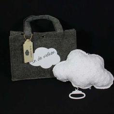 """Dit baby cadeau is in een woord prachtig. Een schattig geboortecadeautje. Muziekdoosje wolk wit met sterren in grijs vilten tasje met bijpassende opdruk en houten label met klein wolkje en de tekst """"In de wolken"""". Dit is ook een leuk cadeau voor Kerstmis of verjaardag."""