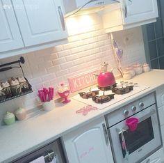 Arzu hanımın aydınlık renkler, naturel dekor elemanları ve birbirinden tatlı dekoratif objelerle kimlik kazanan harika evinin misafiriyiz.. Yavruağzının vurguda kullanıldığı pastel tonları tamamladığı...