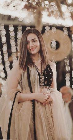 Pakistani Fashion Party Wear, Pakistani Formal Dresses, Pakistani Wedding Outfits, Indian Bridal Outfits, Indian Bridal Fashion, Indian Fashion Dresses, Dress Indian Style, Pakistani Dress Design, Indian Designer Outfits