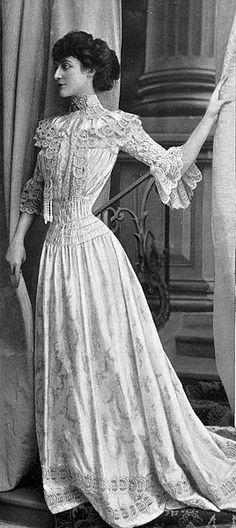 Robe de petits dîners par Redfern,1902. Edwardian fashion.