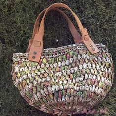 Crochet bag with fabric yarn - free pattern #trapillo #fettuccia