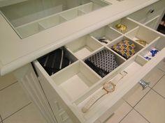 particolare cassetto estraibile con scomparti per accessori #luxuryfurniture