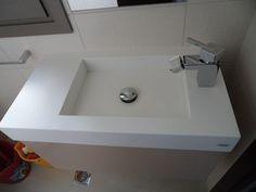 Μοντέρνα και εντυπωσιακή κατασκευή νυπτήρα μπάνιου από Corian http://goo.gl/lxwKuc
