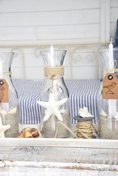 Sommerliche Kerzen aus Glaskaraffen im maritimen Look selber machen. Make summer candles from glass carafes in the maritime look itself. Nautical Bathroom Decor, Coastal Decor, Diy Vintage, Diy Casa, Beach House Decor, Home Decor, Diy Décoration, Diy Candles, Candle Making