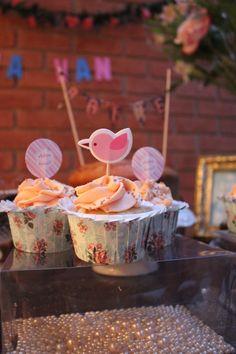 Detalhe tag cupcake, mesa de doces para Chá de Cozinha nas cores azul, rosa, branco e bege