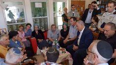 Le Premier ministre Benjamin Netanyahu (assis, deuxième à droite) et le ministre de la Défense Avigdor Liberman (assis, à droite) se sont joints à la famille et aux proches chez Hallel Yaffa Ariel à Kiryat Arba, le 1er juillet 2016, un jour après qu'elle a été poignardée à mort dans son lit. (Crédit : Amos Ben Gershom/GPO)