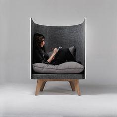 ウクライナのデザイナーSvyatoslav Zbroyさんが手がけた「V1 lounge chair」というチェアーです。ほかの誰かと一緒にいるリビングでも、ひとりの時間が過ごせます。