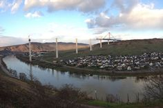 1,7 Kilometer lang, 150 Meter hoch - der Hochmoselübergang ist die größte Brücke Europas
