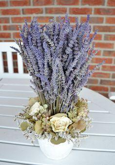 levandulové+aranžmá+v+keramice+-+aranžmá+je+tvořeno+převážně+levandulí,+lehce+dozdobeno+Vsazeno+do+květináče+-+výška+27cm,+průměr+20cm