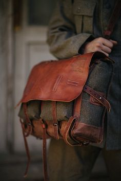 Retro-style crossbody/rantz of wool cloth and leather. Inspired by military gear of 19-20th centuries.