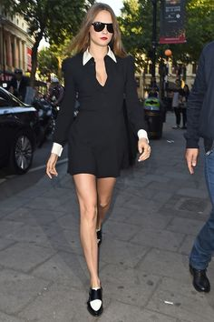 Cara Delevingne en robe Saint Laurent par Hedi Slimane model off duty street style Londres http://www.vogue.fr/mode/look-du-jour/articles/cara-delevingne-en-saint-laurent-par-hedi-slimane/26576