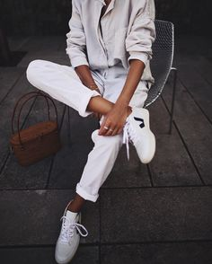 @Andicsinger sitting with style with our V-10 Extra White Nautico Pekin #veja #vejashoes #vejav10 #ootd