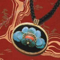 Chullery - Onxy Peony Necklace (Taiwan) Dazzling necklace with pendant made through excellent workmanship. A detail peony in blue colour is decorated on the pendant. Materials: kingfisher blue onyx and pearl.