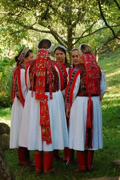 Hungarian Embroidery Hungarian folk art and rradirions Art Costume, Folk Costume, Traditional Fashion, Traditional Dresses, Folklore, Budapest, Costumes Around The World, Art Populaire, Hungarian Embroidery