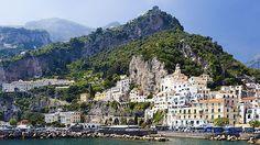 Italské město Amalfi svádí ke koupání i k horským túrám.