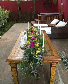 Esse caminho de mesa florido também fez parte do festejo de 40 anos. Não ficou um charme?  #gentilezalojadeflores #gentilezaespecial #gentilezanasuafesta #decoracaodefesta #flores #florals #bloom #flowerlovers