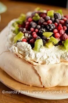 """La pavlova vu sa facilité de réalisation et l'effet """"wahou"""" quand on la pose sur la table, va vite devenir votre recette favorie pour les repas entre amis"""