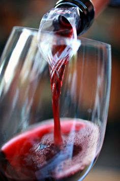 En los últimos tiempos el debate sobre la zonificación de Rioja, la importancia del terruño, la viña y levaduras autóctonas o un papel menos intervencionista de los enólogos en la elaboración del vino han ocupado muchas páginas en la prensa escrita y han sido tema recurrente en blogs y foros de Internet. Las cosas están cambiando en nuestro sector y se demanda una mayor calidad,  personalidad y tipicidad de los vinos por una parte cada vez más importante del mercado y en esa dirección puedo…