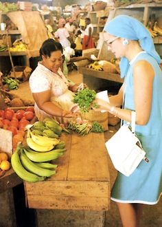 Grace Kelly shopping while on vacation in Jamaica, Photographed by Howell Conant. Princess Grace Kelly in the super Market, love this Elsa Peretti, Timeless Beauty, Classic Beauty, Karl Lagerfeld, Princesa Grace Kelly, Grace Kelly Style, Patricia Kelly, Carolina Herrera, Jamaica Vacation