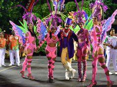 2014, Rio de Janeiro: Belas meninas posam para foto antes de desfile da Grande Rio.
