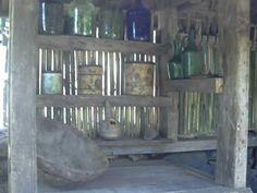 Churrasqueira de pedra e bancada com madeira de demolição