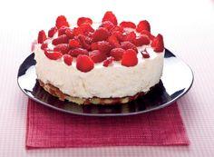 Un dolce speciale per festeggiare l'estate a tavola: torta fredda con crema di formaggi e gelatina di lamponi.Ricetta di Paolo SacchettiFoto di Laila PozzoTratta dalla rivista Cucina Naturale