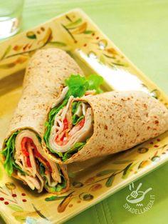 Wrap with turkey and cheese sauce - Avete voglia di uno snack goloso per la vostra pausa pranzo? Cimentatevi nella preparazione del Wrap con tacchino e salsa al formaggio! #wrapcontacchino
