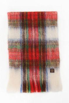 MANTAS EZCARAYチェックスカーフ MANTAS EZCARAYチェックスカーフ 14904 2016AW Limitless Luxury MANTAS EZCARAYマンタスエスカライ スペインの老舗織物メーカーHIJOS DE CECILIO VALGANON発のストールブランド 高級繊維のアンゴラ山羊の毛やウールなど天然繊維を使ったテキスタイルの質の高さは世界でもトップクラスとも言われスペイン国内外のハイブランド製品にも使われています