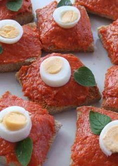 Canapés de sobrasada con huevo de codorniz y orégano