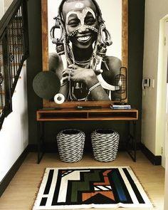Un recibidor con decoración africana que nos recibe con una sonrisa.