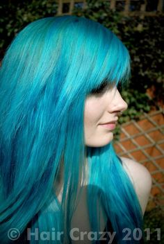 turquoise hair and pale skin. So awesome :)