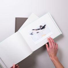 Ručně šitá vazba z umělecké dílny a grafického ateliéru BK s kulaceným hřbetem a šitým kapitálkem. Polaroid Film, Album, Card Book