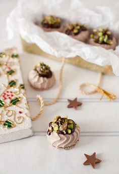 Chocolate-Orange Cover Meringue with Pistachio – Cooking Melangery Mini Pavlova, Meringue Pavlova, Meringue Desserts, Meringue Cookies, Candy Recipes, Sweet Recipes, Cookie Recipes, Dessert Recipes, Macarons