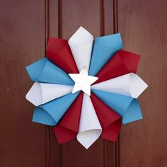 I have been searching for kid friendly crafts for our fourth of July party today and fell in love with this paper wreath: Super eas. I have been searching for kid friendly crafts for our fourth of July party today and fell Fourth Of July Crafts For Kids, 4th Of July Party, July 4th, September Crafts, Patriotic Crafts, Patriotic Wreath, Patriotic Party, Labor Day Crafts, 4th Of July Decorations