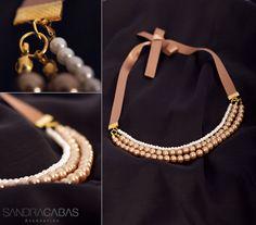 Perlas doradas y miniperlas blancas con herrajes dorados y cinta