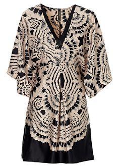 Veja agora:Vestido com estampa decorativa! Mangas quimono que combinam perfeitamente com a estampa. Comprimento de aprox.92cm. 100%poliester.