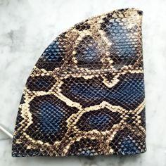 Unsere #handbags und #purses überzeugen mit einzigartigen #Designs, edlen #Oberflächen und ihrem #Style - einfach #must-haves! Shopper, Designs, Accessories, Fashion, Scarves, Gift, Amazing, Simple, Patterns