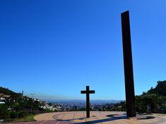 Localizada no alto da Avenida Afonso Pena a Praça Israel Pinheiro ou Praça do Papa, serve como espaço de convivência e entretenimento para o público mineiro. O lugar atua como palco de diversos festivais e eventos culturais, além de proporcionar ampla vista da cidade de Belo Horizonte.