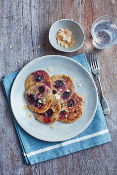 The easiest ever diet: Brilliant breakfasts - Blueberry & oat pancakes with toasted almonds Fast Food Diet, Diet Snacks, Healthy Meals For Two, Easy Meals, Healthy Recipes, Healthy Sweets, Healthy Eating, Diet Breakfast, Breakfast Recipes
