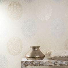 Edle Tapete mit Ornamenten in metallic-beige: FREDERIKA AIDA von Khrôma!