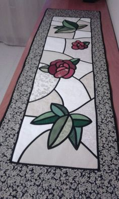 Camino de mesa vitrall Patchwork Table Runner, Table Runner And Placemats, Table Runner Pattern, Quilted Table Runners, Celtic Quilt, Quilt Patterns Free, Applique Patterns, Quilting Projects, Sewing Projects