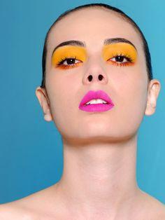 Maquiagem conceitual com amarelo, laranja e pink.