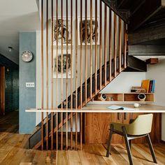 Weinig ruimte? Dan is een werkplek onder de trap een idee. Kijk het af van architect Sarah Zames die deze ruimte ontwierp in een klein appartement in Brooklyn. #kantoor #interieur #kleineruimte #photojoefletcher
