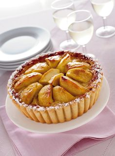 La torta di mele è la regina delle torte classiche e può essere preparata in tante varianti differenti. Ecco le migliori 10 ricette, tutte facili e genuine.