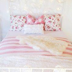 almofada branca e mantas