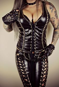 Dont have the tits buy like the oytfit Metal Fashion, Latex Fashion, Gothic Fashion, Look Fashion, Leather Corset, Leather And Lace, Hot Outfits, Fashion Outfits, Womens Fashion