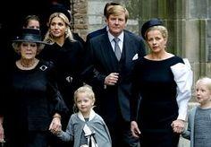 2-Nov-2013 15:44 - HERDENKINGSBIJEENKOMST VOOR PRINS FRISO BEGONNEN. In de Oude Kerk in Delft is zaterdagmiddag de herdenkingsbijeenkomst begonnen voor prins Friso. Bijna de voltallige koninklijke familie, vrienden en collega's van de op 12 augustus overleden prins zijn aanwezig in de kerk waarin Friso in 2004 trouwde met Mabel Wisse Smit. De herdenking is, net als de uitvaartdienst eerder, besloten. Onder de genodigden zijn de Noorse kroonprins Haakon en zijn zus prinses Märtha Louise,...