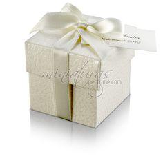 Caja cuadrada estampado piel con lazo de raso blanco.