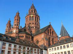 Catedral de Frankfurt Fue construida entre el siglo XIV y XV en Alemania y está dedicada a San Barholomew. Su color rosáceo le confiere un aspecto sobresaliente.